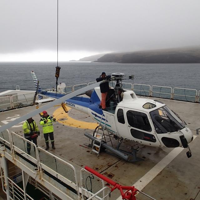 Helikoptret klargjøres-for transport av utstyr og personell mellom forskningsskipet Marion Dufresne og Crozet island