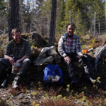 Bilde av Fife og Marc som spiser lønsj i det fri. Smaker ekstra godt etter en lang vinter på kontoret.