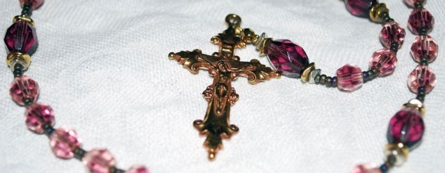 """En rosenkrans er en rekke med perler som man holder orden på bønner med. De finnes i flere kirkesamfunn og religioner, men den katolske rosenkrans, som jeg samler på, har <a href=""""https://blogg.vm.ntnu.no/sansogsamling/2011/02/03/rosenkranser/#more-'"""" class=""""more-link"""">more »</a>"""