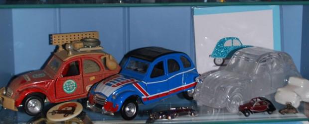 """Jeg samler på modellbiler, små og storeav min første bil – Citroën 2CV. Modellene er i ekte sølv, krystall, metall, plast og tre. Jeg har samlet siden jeg deltok med <a href=""""https://blogg.vm.ntnu.no/sansogsamling/2011/05/30/citroen-2cv-gammel-kjaerlighet-ruster-ikke/#more-'"""" class=""""more-link"""">more »</a>"""