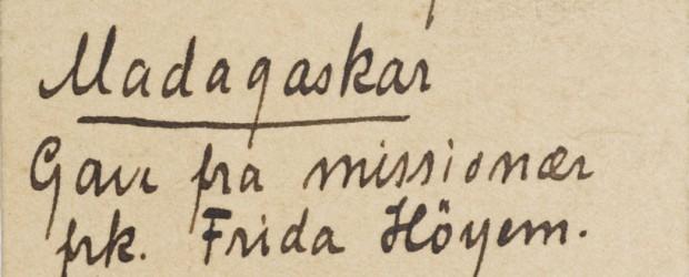 """Det å samle inn etnografisk materiale var fra 1800-tallet betraktet som en del av misjonærens oppgave og ble ofte et slags bevis på om han eller hun hadde lyktes med <a href=""""https://blogg.vm.ntnu.no/sansogsamling/2011/05/24/tryllemidler-fra-madagaskar/#more-'"""" class=""""more-link"""">more »</a>"""