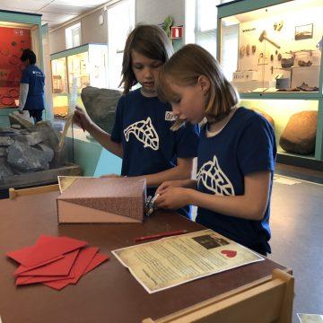 Jobbes hardt for å løse dagens rebus, Foto: Lise Mariann Alsli, NTNU Vitenskapsmuseet